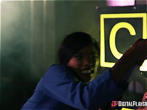 Alien prisoner destroys Kiki Minaj's donk